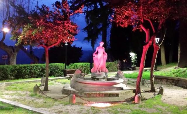 """La fontana si illumina per la Campagna contro il tumore al seno """"Nastro Rosa 2017"""""""
