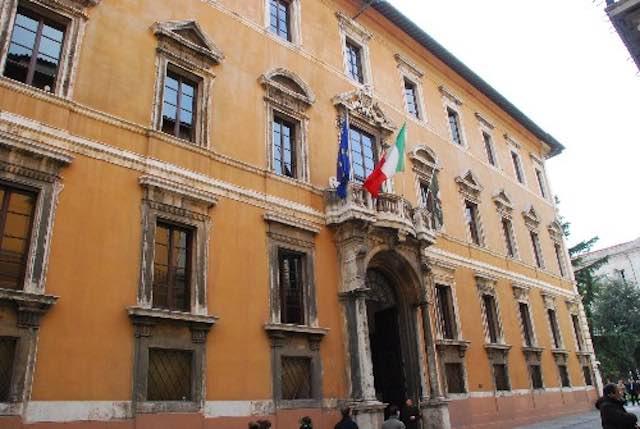 Disabilità, le famiglie in presidio sotto il palazzo della Regione