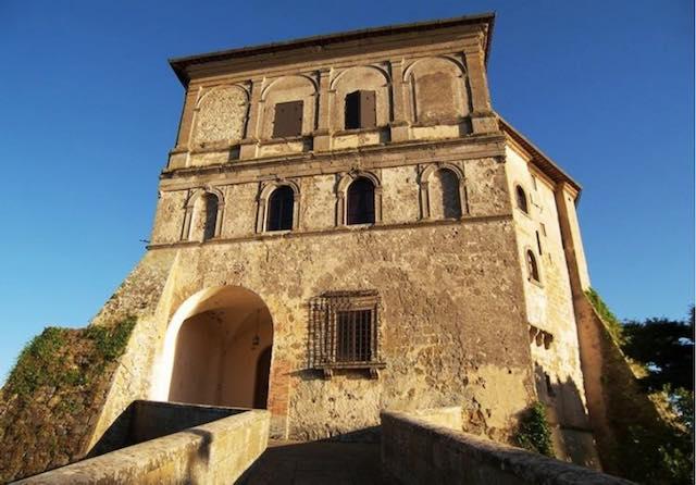 Rocca Farnese apre le porte. Visita al borgo e tour delle isole del lago