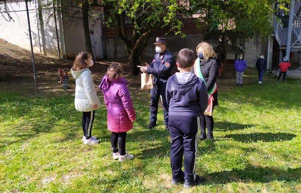 Giornata Mondiale della Terra. Studenti piantano gli alberi donati dal vivaio dei Carabinieri