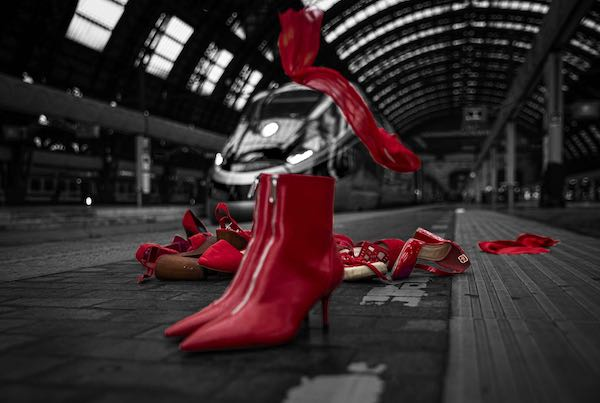Scarpe rosso in ufficio per la Giornata contro la violenza sulle donne