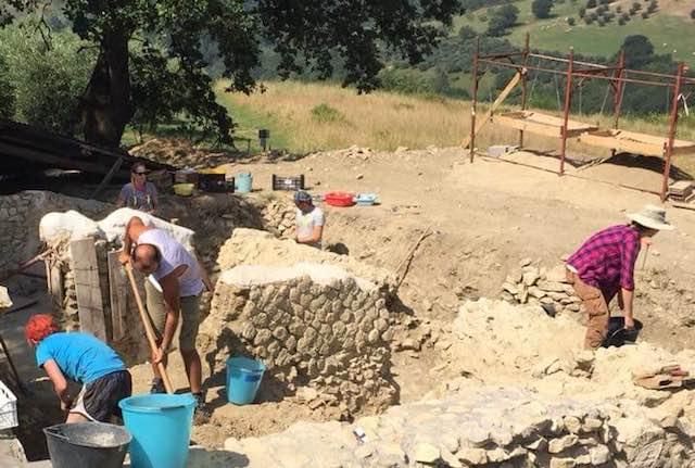 Ripuliti tre ambienti ipogei e riportati alla luce frammenti riferibili a corredi funerari