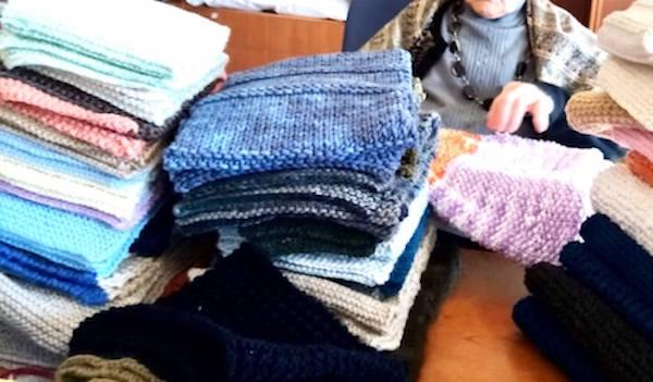 Le anziane delle residenze protette realizzano e donano sciarpe di maglia