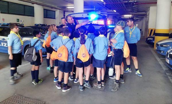 """""""Piccole Orme. Scaccia Pericoli"""". Trentadue scout fanno visita alla Polstrada"""