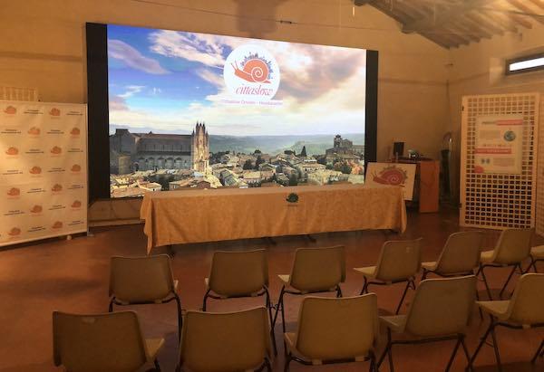 Taglio del nastro (arancione) a Palazzo dei Sette per la sede di Cittaslow International