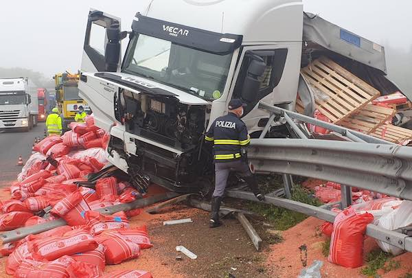 Autoarticolato finisce contro il guard-rail e perde il carico, sementi lungo l'A1