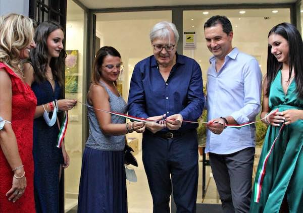 Vittorio Sgarbi inaugura la mostra dell'artista Gino Bernardini