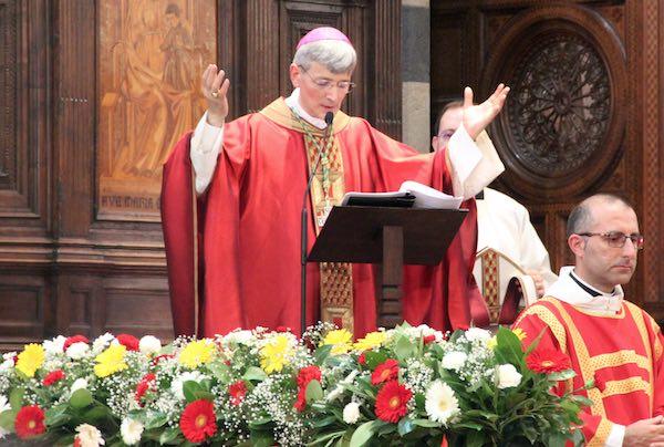 """""""L'Eucaristia, da cui nasce e si edifica la Chiesa, sveglia l'aurora dell'eternità nella notte del tempo"""""""