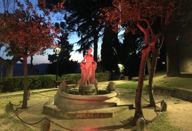 La Fontana dei Giardini Pubblici torna a illuminarsi di rosa per la Giornata della Donna