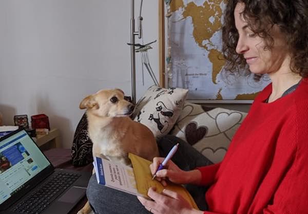 """Stefania Buoni regala ai giovani caregiver il libro """"Quando mamma e papà hanno qualcosa che non va"""""""