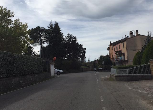 Cittadini esasperati: raccolta firme per strada pericolosa e senza controlli