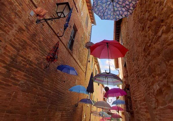 """""""La Strada degli Ombrelli"""" fa il bis. Dedica a colori ai bambini del mondo"""