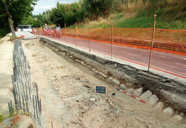 Durante i lavori viari riemergono i resti di un'antica strada basolata
