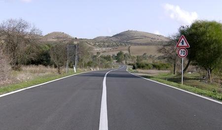Senso unico con semaforo sulla strada comunale Acqualoreto