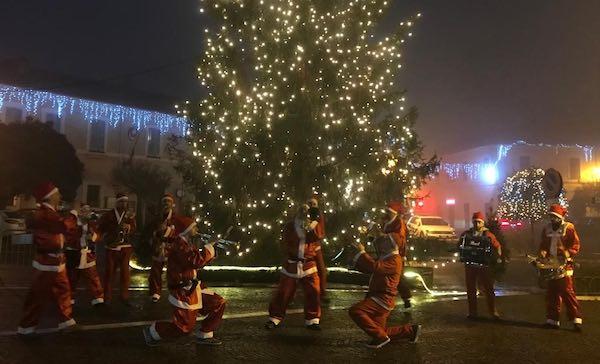 Le note della street band per l'apertura della Casa di Babbo Natale