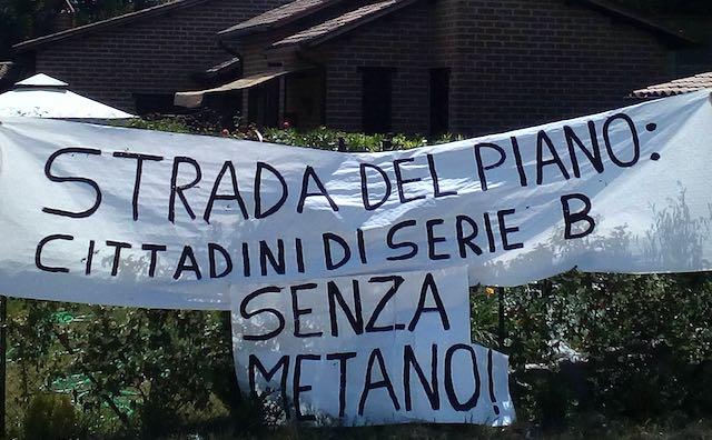 """Protestano i residenti della Strada del Piano: """"Cittadini di serie B senza metano!"""""""