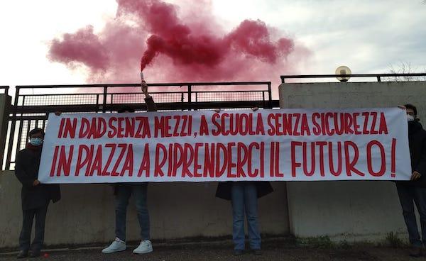 Proteste davanti alle scuole in tutta Italia. Studenti in piazza al fianco dei lavoratori