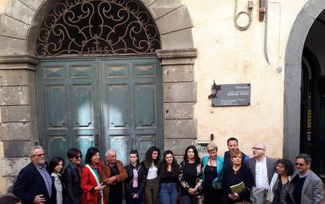 """""""Freud e Orvieto"""". Svelata la targa su Palazzo Bisenzi, la giornata di studi apre un percorso"""