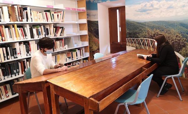I vecchi tavoli da lavoro delle tabacchine diventano banchi per la lettura