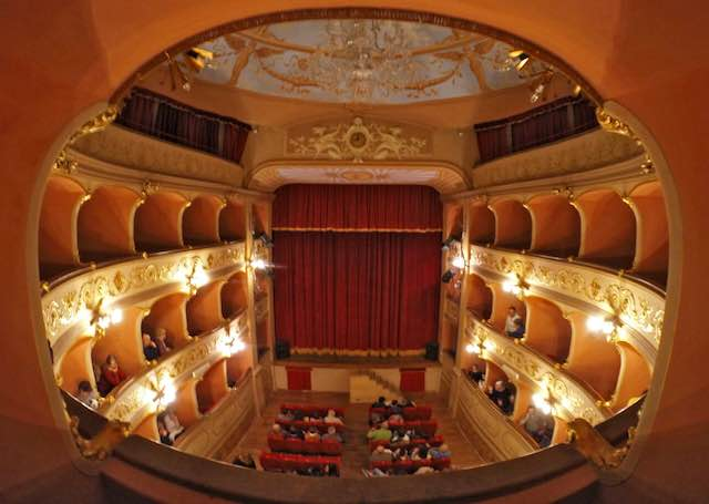 """Teatro Boni, parata di ospiti nella """"piccola perla"""". Si presenta la nuova stagione"""