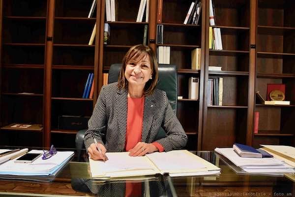 La presidente Donatella Tesei firma l'ordinanza della ripartenza