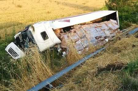 Fuori strada con il tir lungo l'A1, illeso il conducente