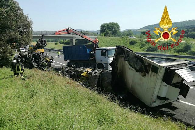 Tir in fiamme lungo l'A1, illeso il conducente