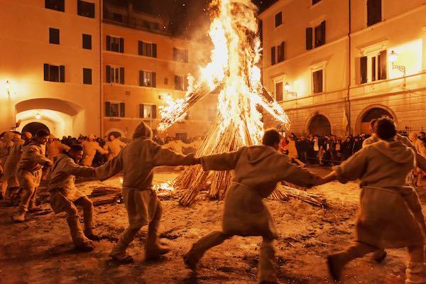 Tra riti pagani e notti di fuoco, la Torciata di San Giuseppe accende la tradizione