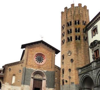 La Befana scende dalla Torre di Sant'Andrea. Nell'occasione estrazione dei biglietti della lotteria a favore dei colpiti dall'alluvione