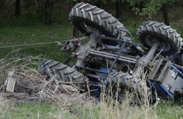 Tragedia nelle campagne, muore sotto il trattore a 66 anni