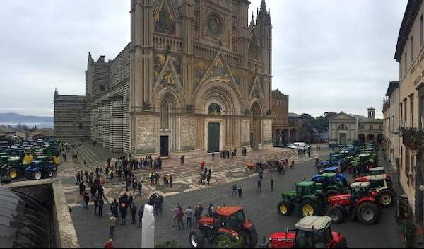 Cento trattori in Piazza Duomo per la tradizionale benedizione