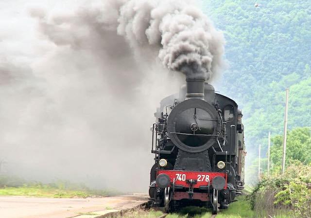 A piedi sul percorso della vecchia ferrovia. E il treno storico a vapore fa tappa a Orte