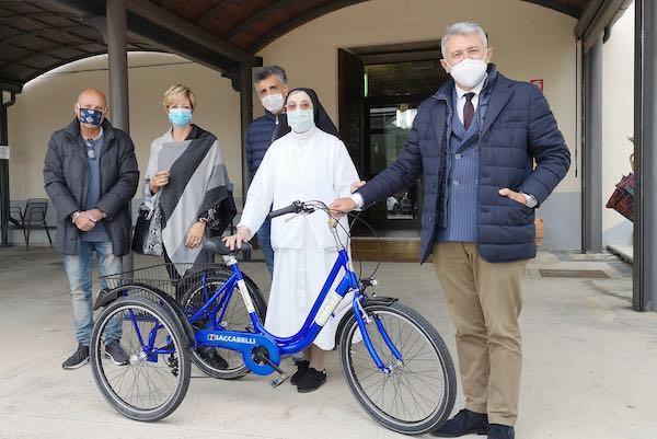 Il Comune di Marsciano e l'Azienda Lucio Saccarelli donano un triciclo al Centro Speranza
