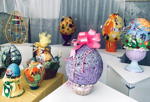 Uova di Pasqua in esposizione. Domenica, la premiazione del concorso