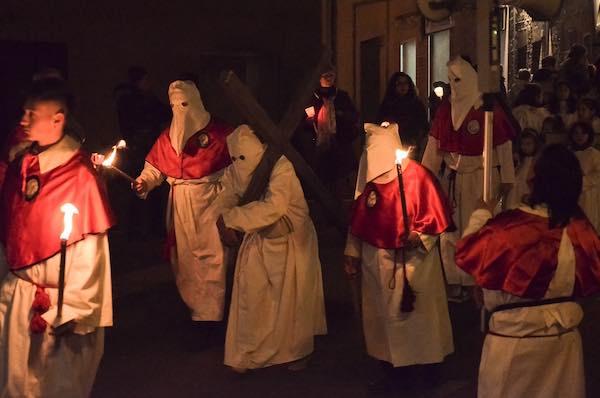 Torce e fiaccole per illuminare la Processione Storica del Venerdì Santo