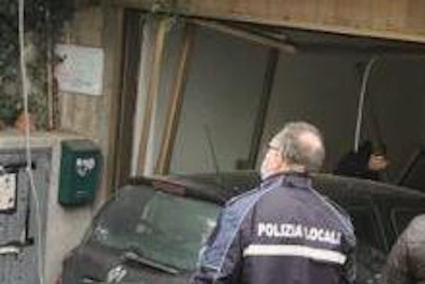 Auto finisce contro una vetrata. Sul posto Polizia Locale e carroattrezzi