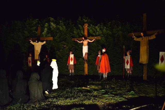 La sera del Venerdì Santo rivive il fascino della Via Crucis