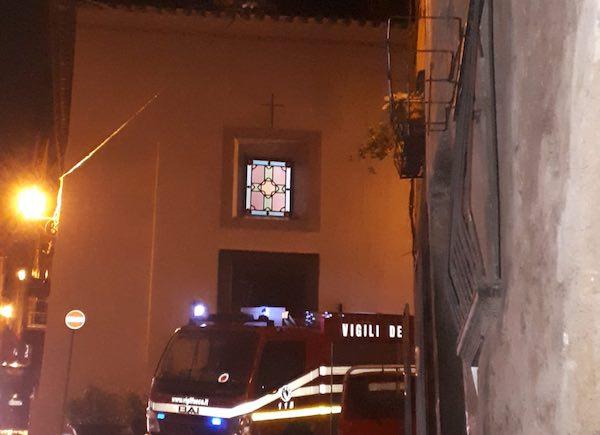 Il vento sfila la banderuola della Chiesa della Madonna della Cava