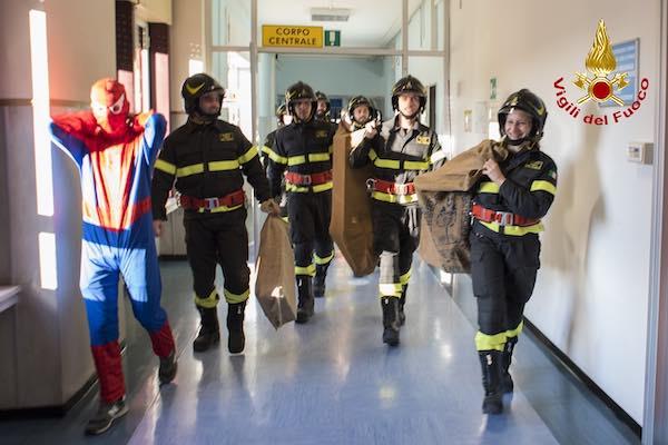 I Vigili del Fuoco portano doni in Pediatria come Babbo Natale