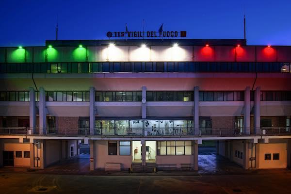 Il tricolore dei Vigili del Fuoco si illumina a sostegno di chi è in prima linea