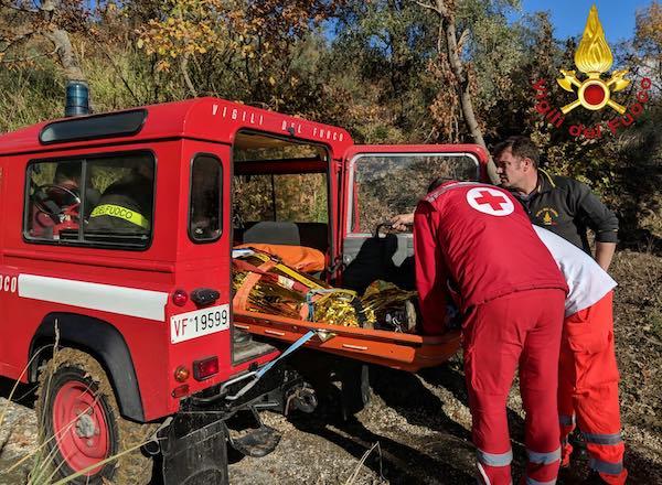 Cinquantenne cade e si frattura una gamba nel bosco