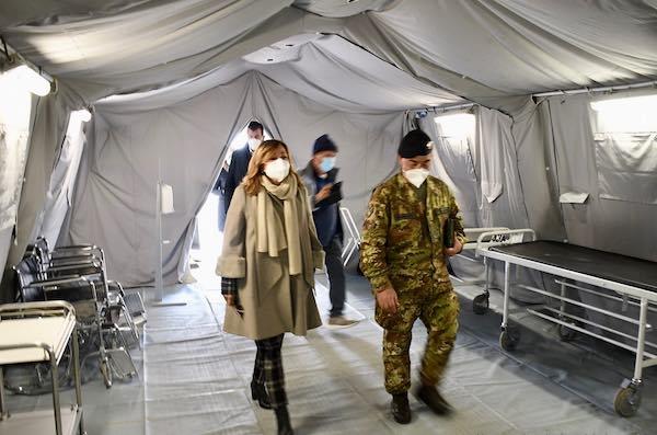 """Tesei visita l'ospedale da campo. """"Conosco le doti dell'Esercito Italiano"""""""