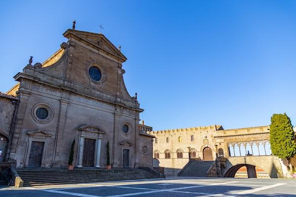 Palazzo Papale si illumina di giallo e si spengono i merli delle antiche mura